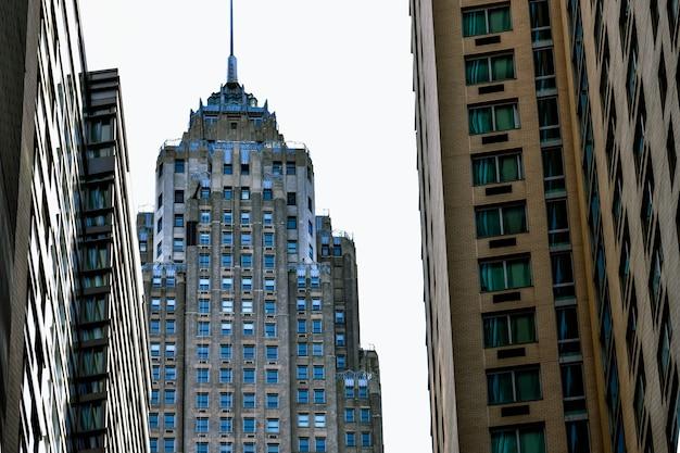 Wolkenkratzer von new york city von der straße nach oben schauen Premium Fotos