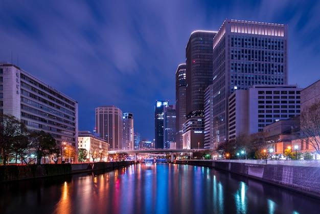 Wolkenkratzerbürowohnungen osaka japan des highrisestadtbildes drängten sich Premium Fotos