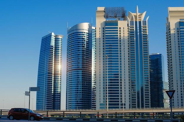 Wolkenkratzergebäude in einer modernen stadt Premium Fotos
