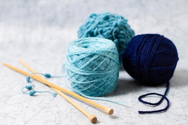 Wolle und nadeln zum stricken Kostenlose Fotos