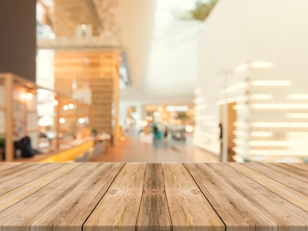 Wooden Board leere Tischplatte auf unscharfen Hintergrund. Perspektive braune Holztisch über Unschärfe im Kaffeehaus Hintergrund - kann verwendet werden Mock up für Montage Produkte Display oder Design Key visuelle Layout. Kostenlose Fotos