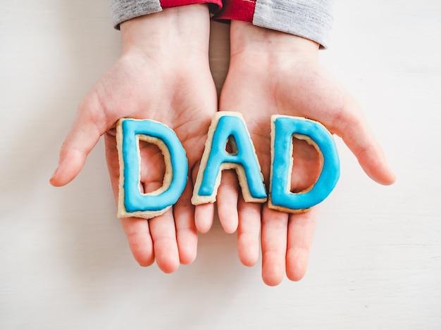 Word dad aus glasierten keksen gemacht. nahansicht Premium Fotos