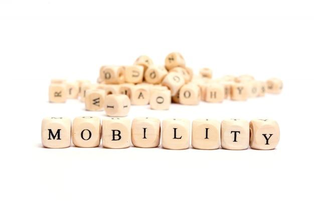 Wort mit würfeln auf weißer hintergrundmobilität Premium Fotos