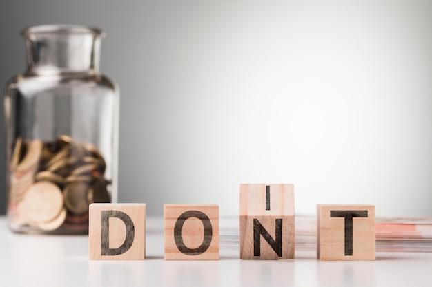 Wort nicht neben glas mit münzen auf dem tisch Kostenlose Fotos