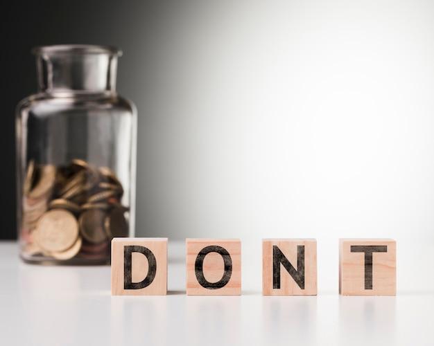 Wort nicht neben glas mit münzen Kostenlose Fotos