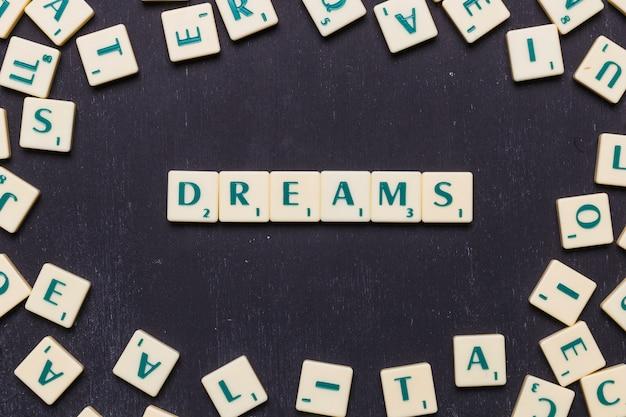 Wortträume in scrabble-briefen von oben Kostenlose Fotos