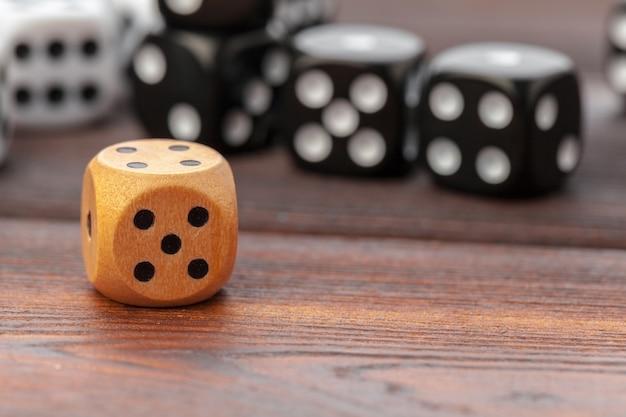 Würfel auf holztisch. casino-spiele. Premium Fotos