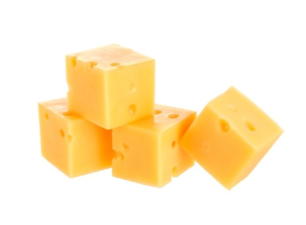 Würfel des käses getrennt auf weiß Premium Fotos