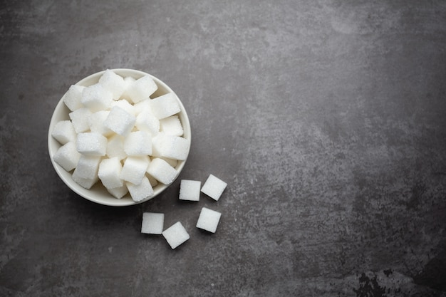 Würfel des raffinierten zuckers in der schüssel auf tabelle. Kostenlose Fotos