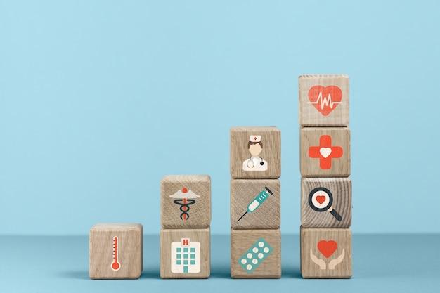 Würfel mit medizinischen ikonen und blauem hintergrund Kostenlose Fotos