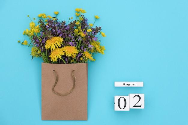 Würfelkalender 2. august und feld bunte rustikale blumen im handwerkspaket Premium Fotos