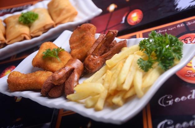 Würstchen und pommes frites indonesische snacks sind sehr lecker Premium Fotos