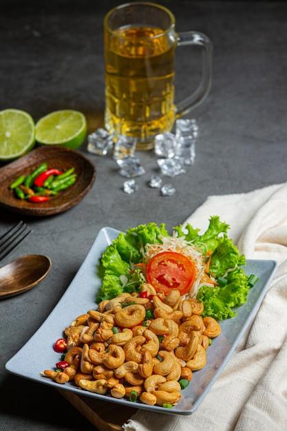 Würzige cashewnüsse mit gehackten scharfen chilis. Kostenlose Fotos