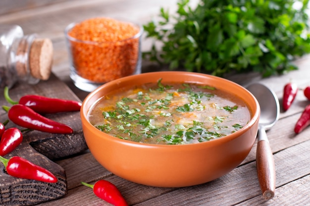 Würzige hausgemachte suppe mit roten linsen und rotem chili. herbstsuppe. gesundes lebensmittelkonzept Premium Fotos