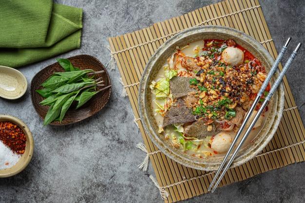 Würzige instant-nudeln im thailändischen stil namens tom yum. Kostenlose Fotos