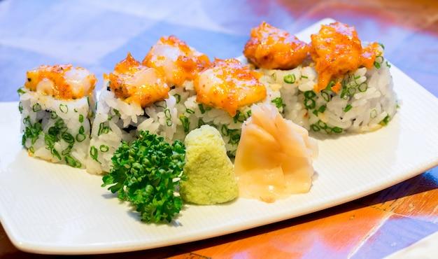 Würzige jakobsmuscheln sushi Premium Fotos