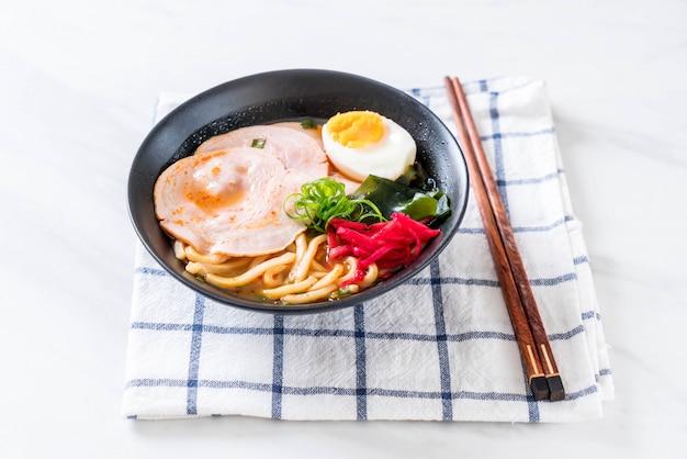 Würzige miso udon ramen nudel mit schweinefleisch Premium Fotos