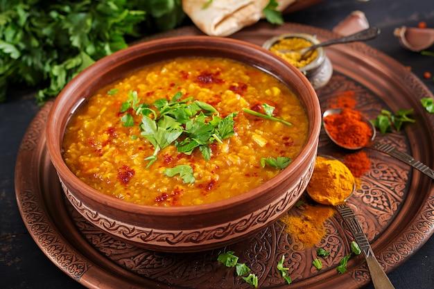 Würziger curry inder dhal in der schüssel Premium Fotos