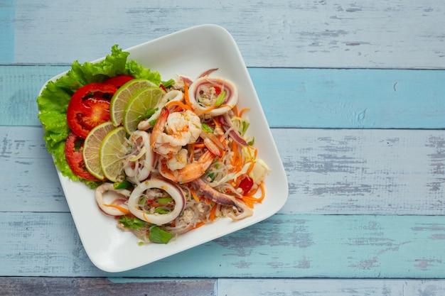 Würziger gemischter meeresfrüchtesalat mit thailändischen zutaten. Kostenlose Fotos