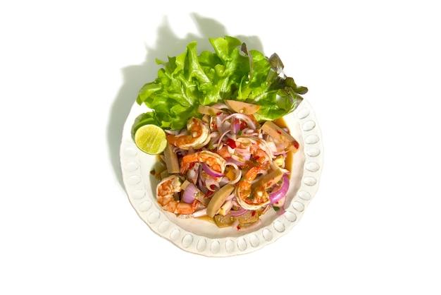 Würziger salat mit garnelen und fermentierter schweinswurst-chili-paste. Premium Fotos