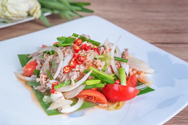 Würziger salat mit gehacktem schweinefleisch und fadennudeln Premium Fotos