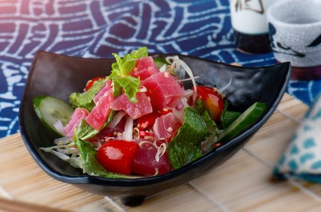 Würziger salatthunfisch in der thailändischen art. Premium Fotos