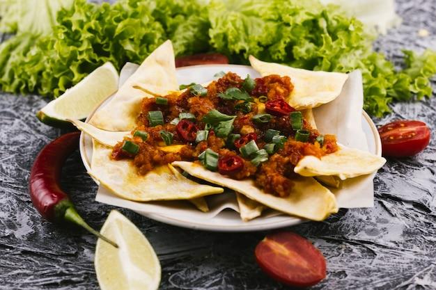 Würziges mexikanisches essen mit glühenden chilischoten Kostenlose Fotos
