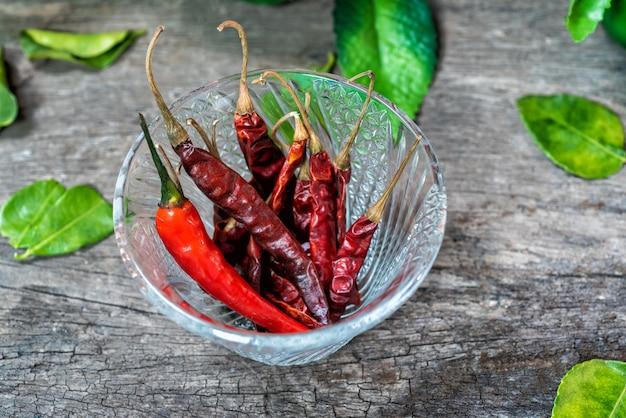 Würzt paprikas zum essen zusammen mit thailändischem essen. Premium Fotos