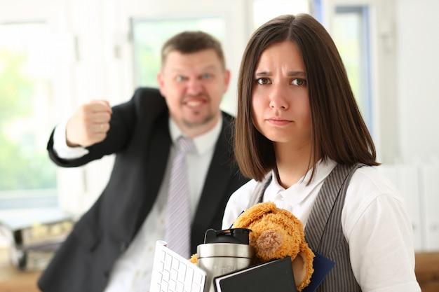 Wütend schreiender boss zeigt auf den arm, um auszusteigen Premium Fotos