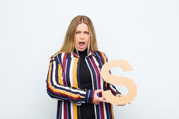 Wütend, wütend, nicht einverstanden, hält den buchstaben s des alphabets, um ein wort oder einen satz zu bilden. Premium Fotos