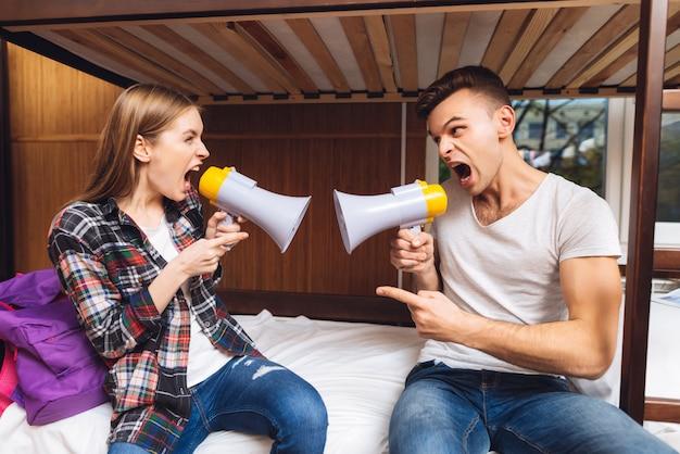 Wütende menschen schreien sich schreiend an. Premium Fotos