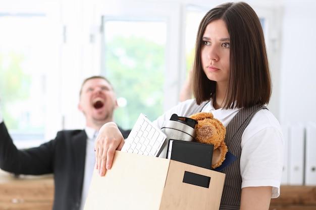 Wütender schreiender chef, der arm zeigt, um traurigen arbeiter mit stopfbuchseporträt zu entlassen. Premium Fotos