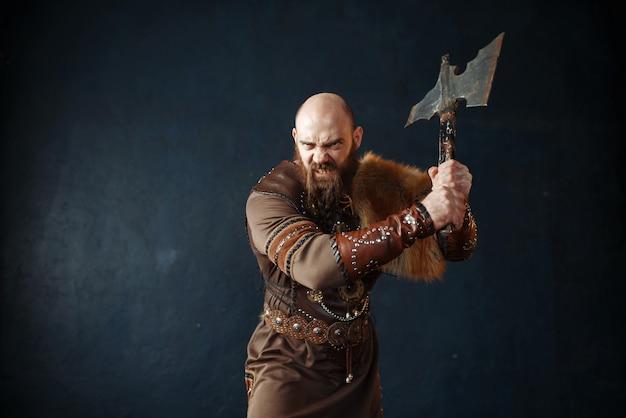 Wütender wikinger mit axt, barbarisches bild Premium Fotos