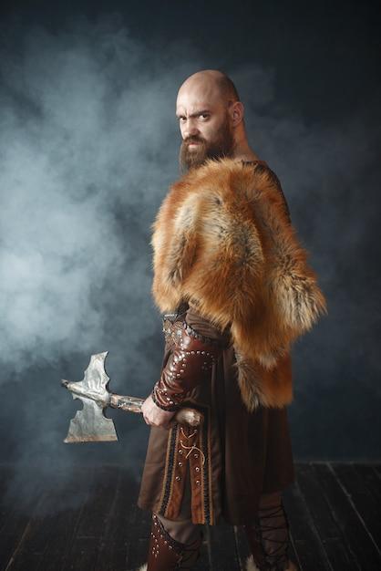 Wütender wikinger mit axt, kampfgeist, barbar Premium Fotos