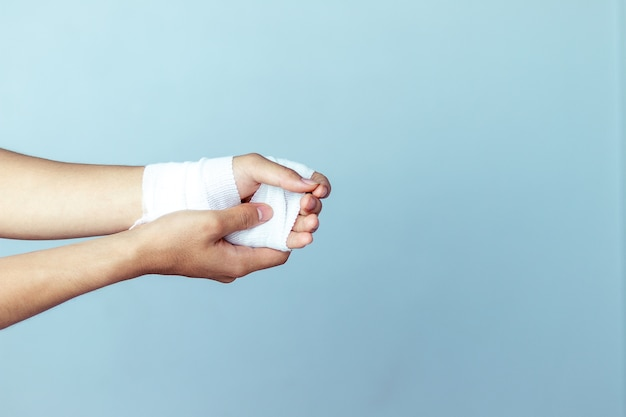 Wunden am handgelenk, bandagen eine hand wunde schmerzmittel Premium Fotos