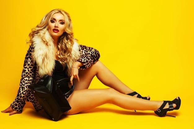 Wunderbare junge blonde frau Premium Fotos