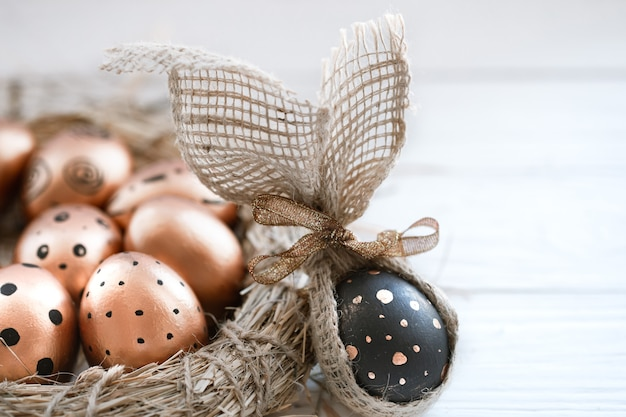 Wunderschön dekorierte ostereier von goldener farbe mit schwarzen punkten und ein schwarzes ei mit goldenen punkten Kostenlose Fotos