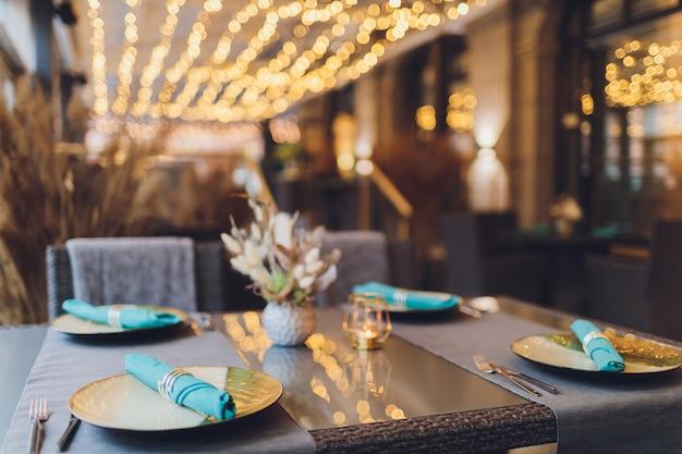 Wunderschön servierter tisch in einem restaurant Premium Fotos