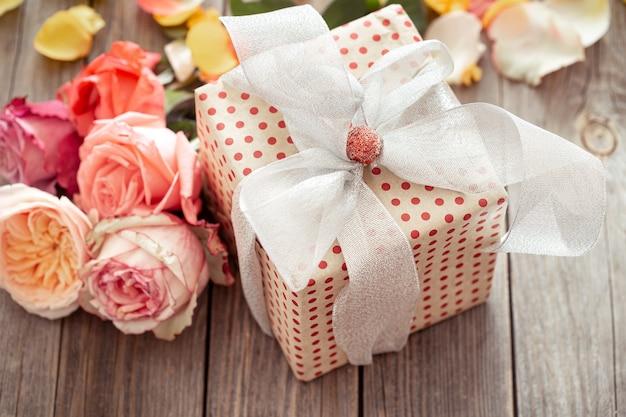 Wunderschön verpackte geschenkbox und frische rosen zum valentinstag oder frauentag. urlaubskonzept. Kostenlose Fotos