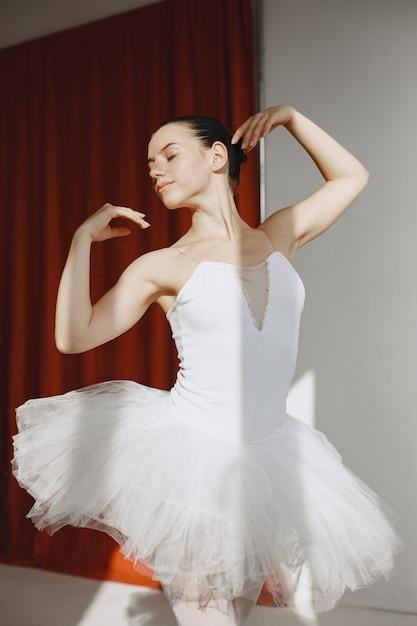 Wunderschöne balletttänzerin. ballerina in pointe. mädchen in einem ballettstudio. Kostenlose Fotos