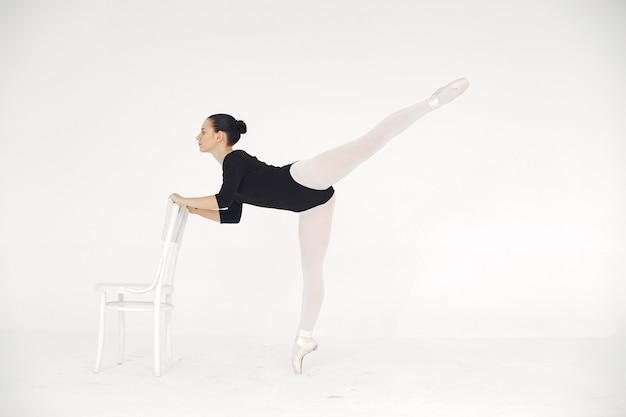 Wunderschöne balletttänzerin. ballerina in pointe. Kostenlose Fotos