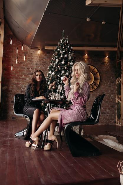 Wunderschöne damen in kleidern zu weihnachten. Premium Fotos