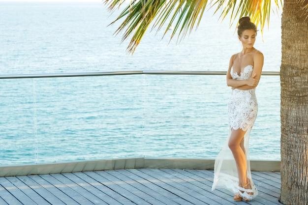 Wunderschöne frau im schönen weißen kleid Premium Fotos