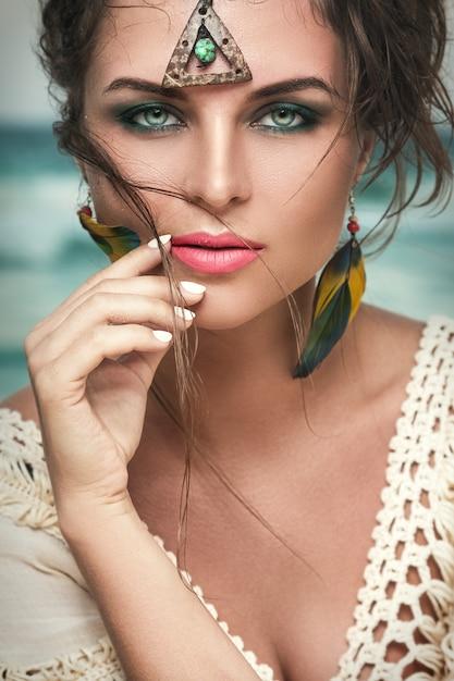 Wunderschöne frau mit einem schönen und durchdringenden blick Premium Fotos