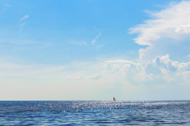Wunderschöne landschaft am meer. wasserskyline schiff am horizont Premium Fotos