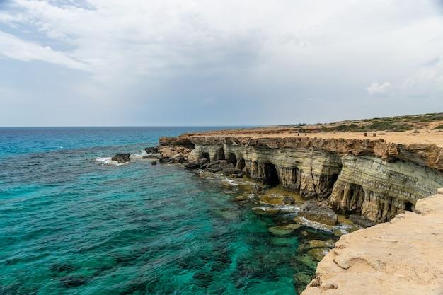 Wunderschöne meereshöhlen befinden sich an der ostküste in der nähe der stadt ayia napa. Premium Fotos