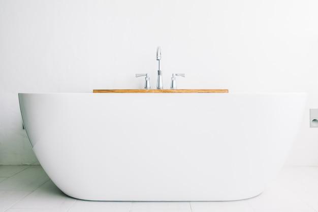 Wunderschöne weiße luxus-badewannendekoration Kostenlose Fotos