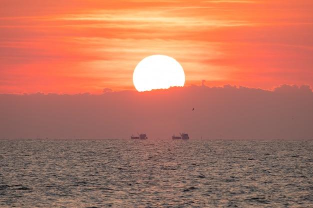 Wunderschöner sonnenuntergang über dem meer Premium Fotos