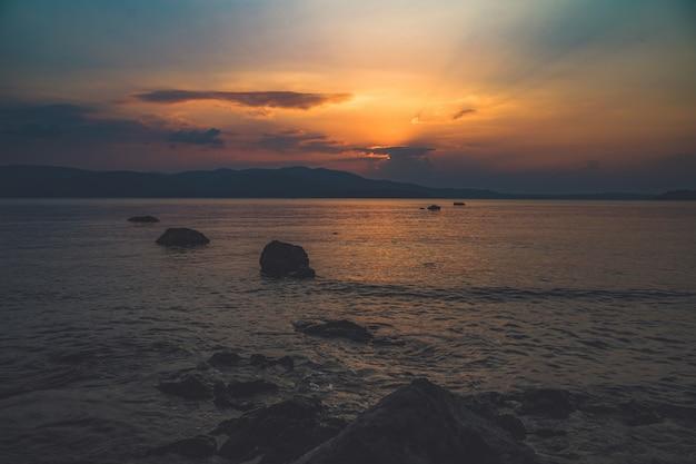 Wunderschöner sonnenuntergang Premium Fotos