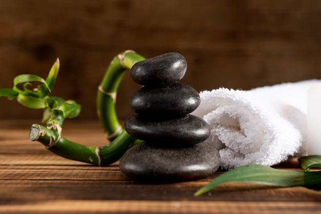 Wunderschönes arrangement mit spa steinen und zweig Kostenlose Fotos